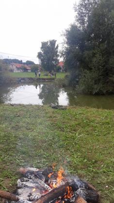 Sousedské grilování u rybníka Kouťák